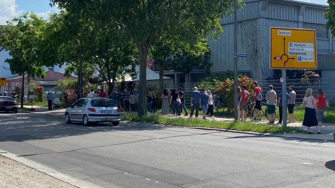 Lange Schlange vor dem Impfzentrum in Worms. Nachdem hunderte Dosen Johnson & Johnson übriggeblieben sind, werden diese am 9. Juni für alle freigegeben.