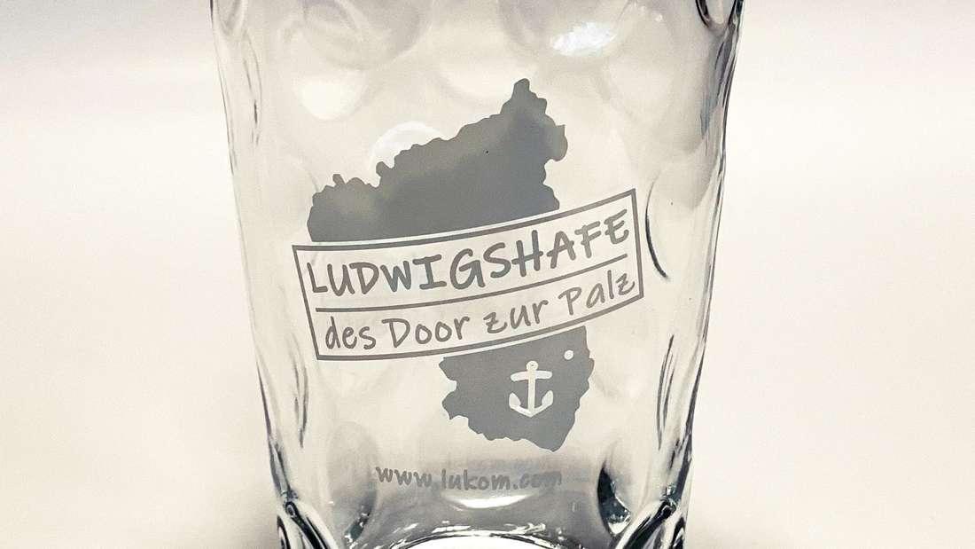 Das neue Ludwigshafener Dubbeglas gibt's für 5,90 Euro bei der Tourist-Information Ludwigshafen am Berliner Platz 1.