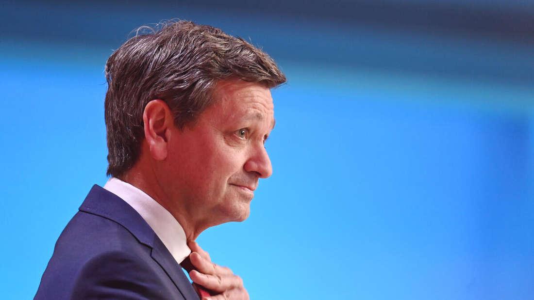 Der Spitzenkandidat der CDU, Christian Baldauf, äußert sich im Fernsehstudio nach den ersten Hochrechnungen zum Ergebnis der Landtagswahlen in Rheinland-Pfalz.