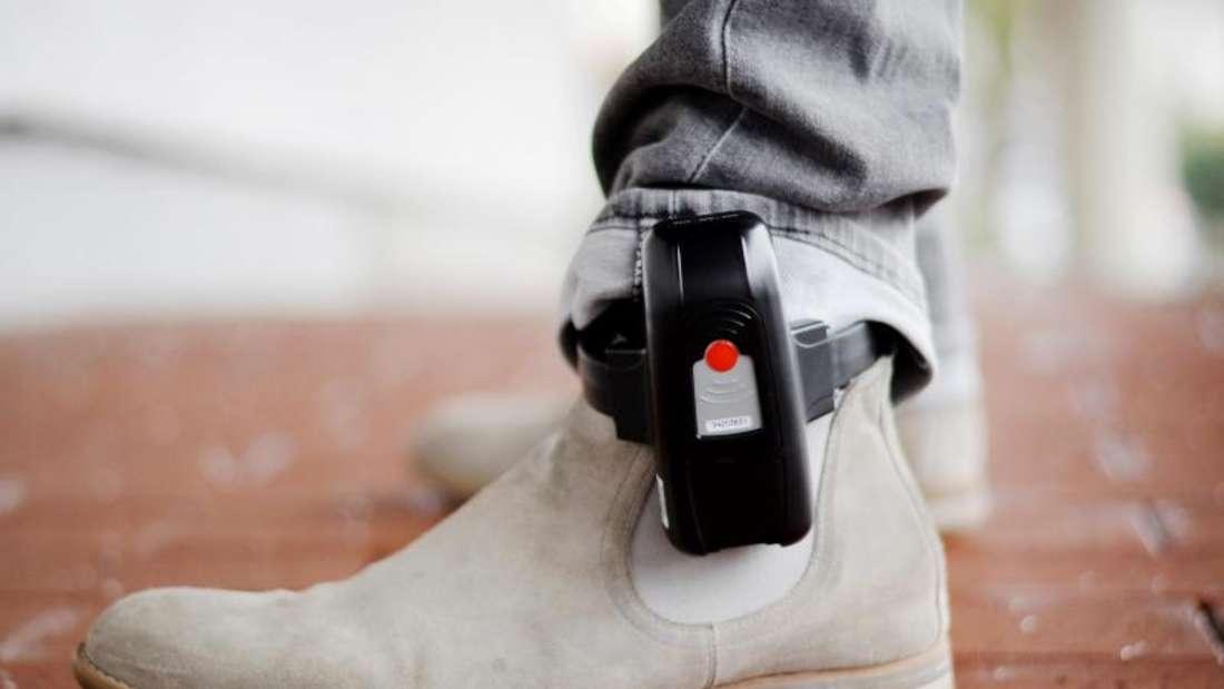 Die Unionsfraktion fordert elektronische Fußfesseln im Kampf gegen Kindesmissbrauch. Foto: Susann Prautsch/dpa