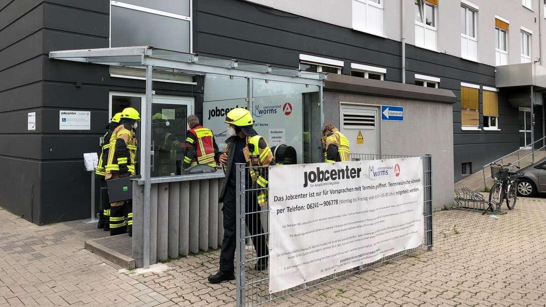 Feuerwehrleute am Wormser Jobcenter.