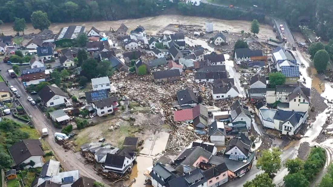 Die Luft-Aufnahme zeigt die Verwüstungen die das Hochwasser der Ahr in dem Eifel-Ort angerichtet hat.