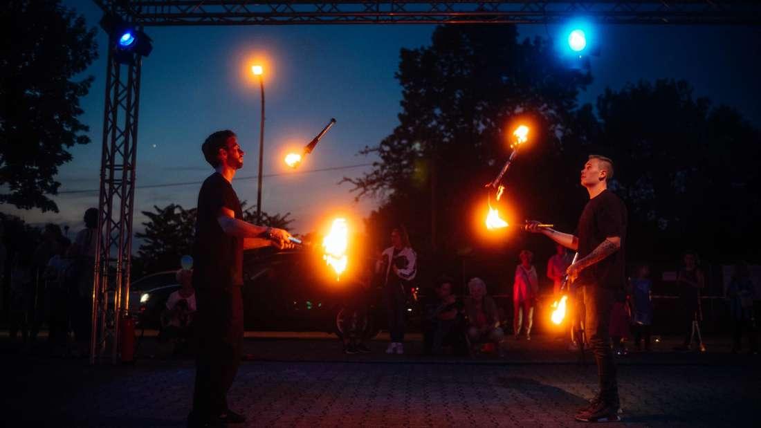 Spektakuläre Feuer-Jonglage beim ersten Mannheimer Drive-In-Zirkus im Jahr 2020.