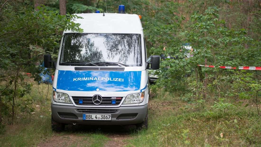 Nach dem Fund einer Frauenleiche in einem Bunker in einem Waldstück bei Oranienburg hofft die Polizei auf weitere Hinweise durch eine Obduktion.