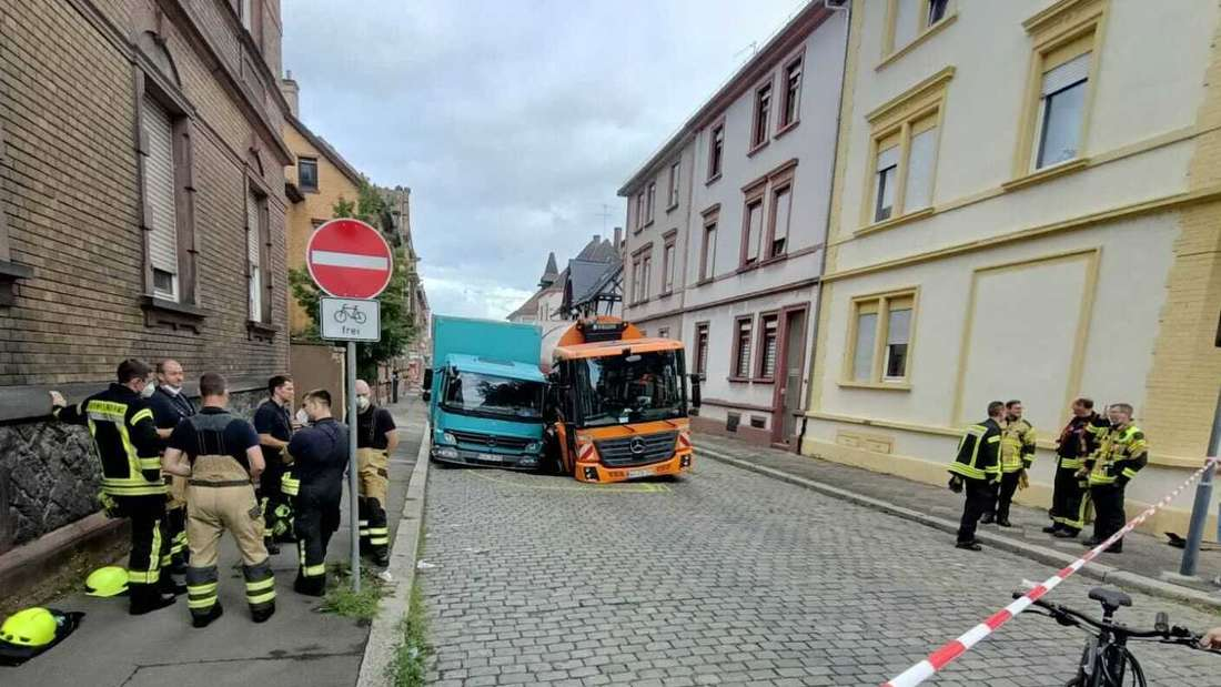Die beiden tonnenschwere Fahrzeuge stecken im Kopfsteinpflaster der unterspülten Burkhardstraße fest.