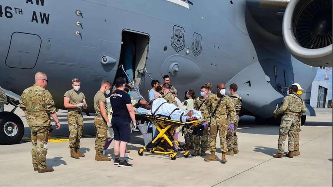 Am 22.08. zur Verfügung gestelltes Handout zeigt eine Trage mit einer Person, die auf dem US-Stützpunkt Ramstein aus einem US-Flugzeug geladen wird. Eine afghanische Frau hat an Bord eines US-Evakuierungsflugzeugs ein Baby zur Welt gebracht.