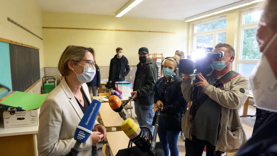 Bildungsministerin Stefanie Hubig in einem Klassenzimmer voller Journalisten.
