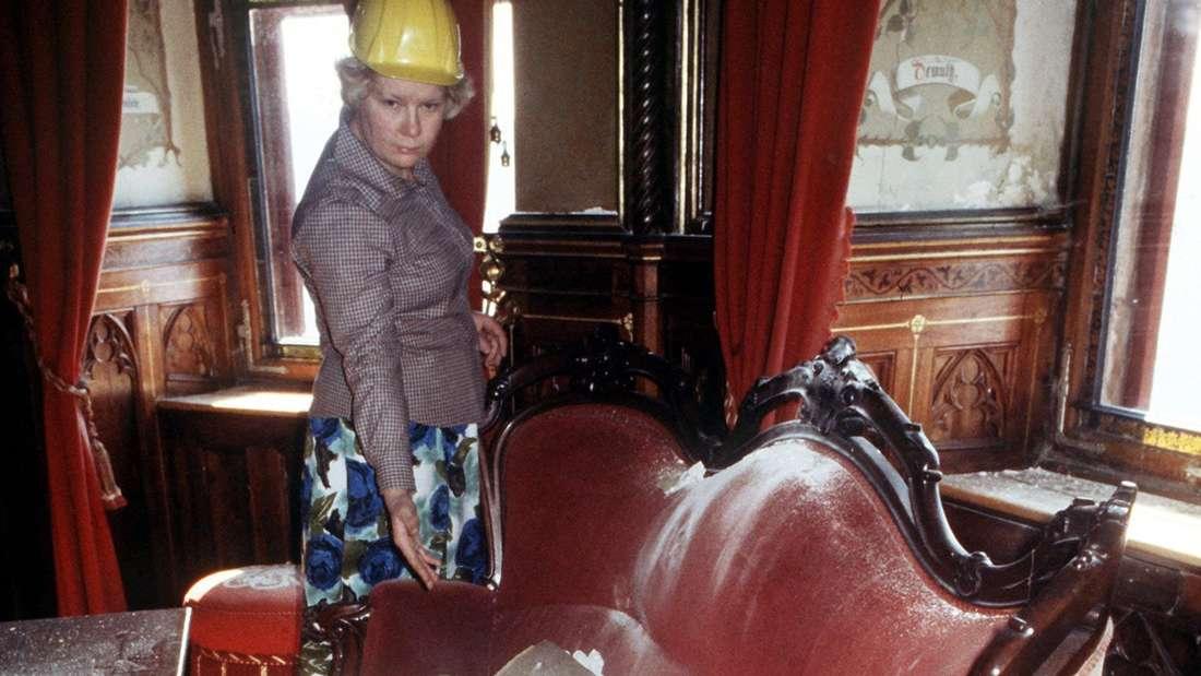 Eine Frau schaut in ein Zimmer der teilweise beschädigten Burg Hohenzollern.