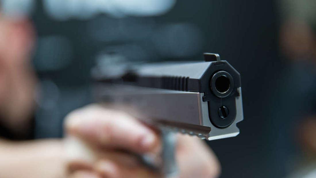 Unbekannte rauben mit einer Pistole zwei Männer aus. (Symbolbild)