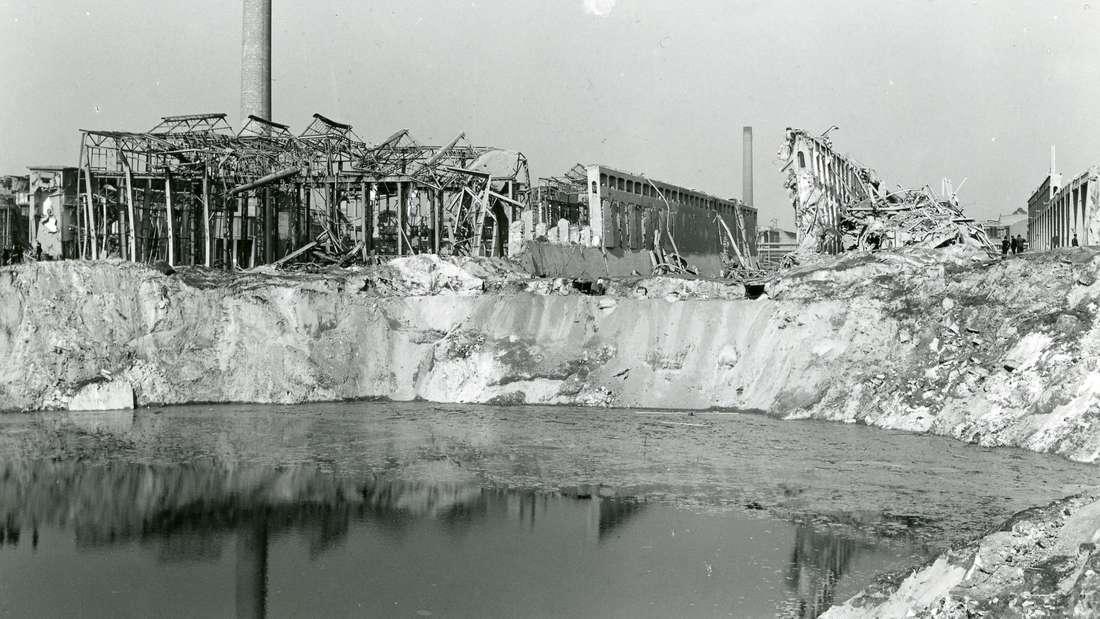 Der mit Grundwasser gefüllte Sprengtrichter im Oppauer Werk der BASF nach der Explosionskatastrophe. Am 21. September 1921 explodierte in dem BASF-Werk ein Silo mit Ammonsulfatsalpeter.