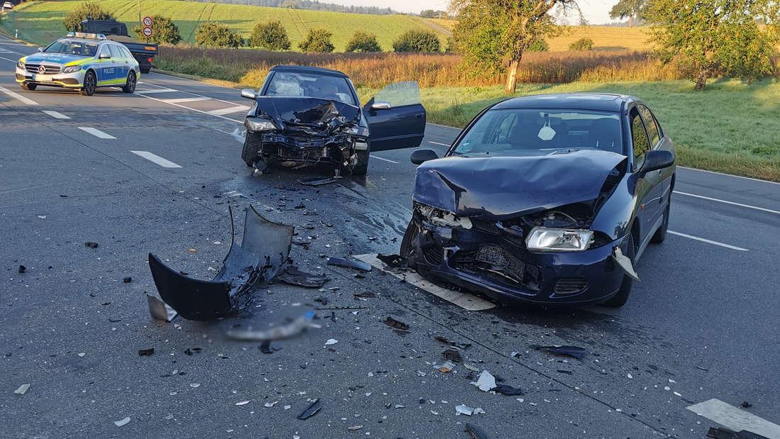 Zwei Autos nach einem schweren Unfall auf der B292 bei Helmstadt-Bargen.