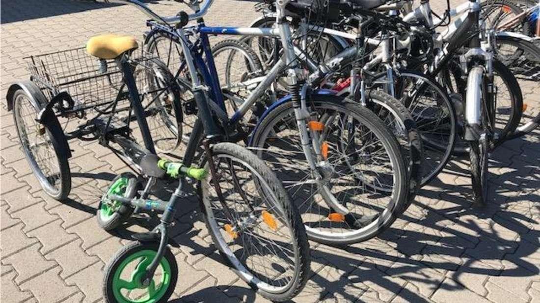 Einige der gestohlenen Fahrräder, die in einer Garage in Ludwigshafen-Friesenheim sichergestellt wurden.