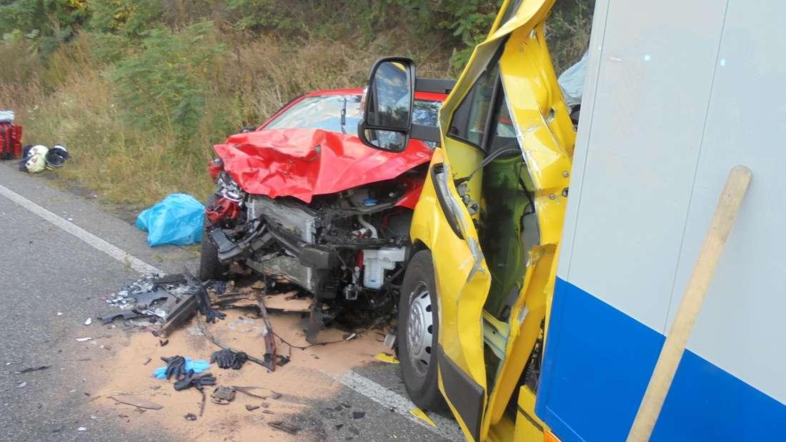 Beim Unfall zwischen dem Kleinwagen und dem Transporter auf der B39 bei Speyer kam eine Beifahrerin (53) ums Leben.