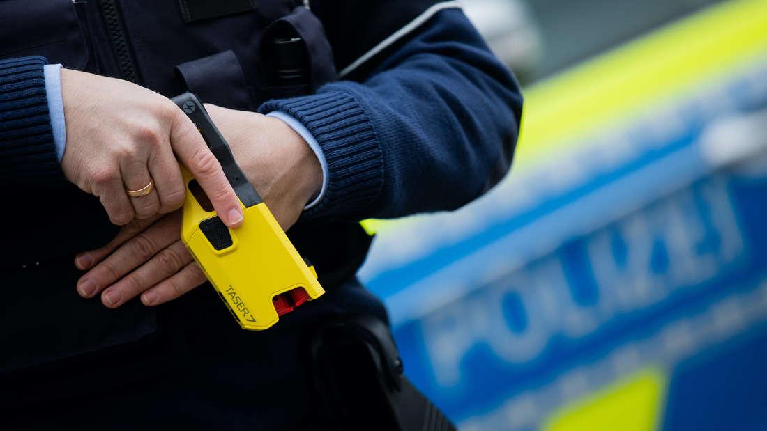 Ein Polizist mit einem Taser.