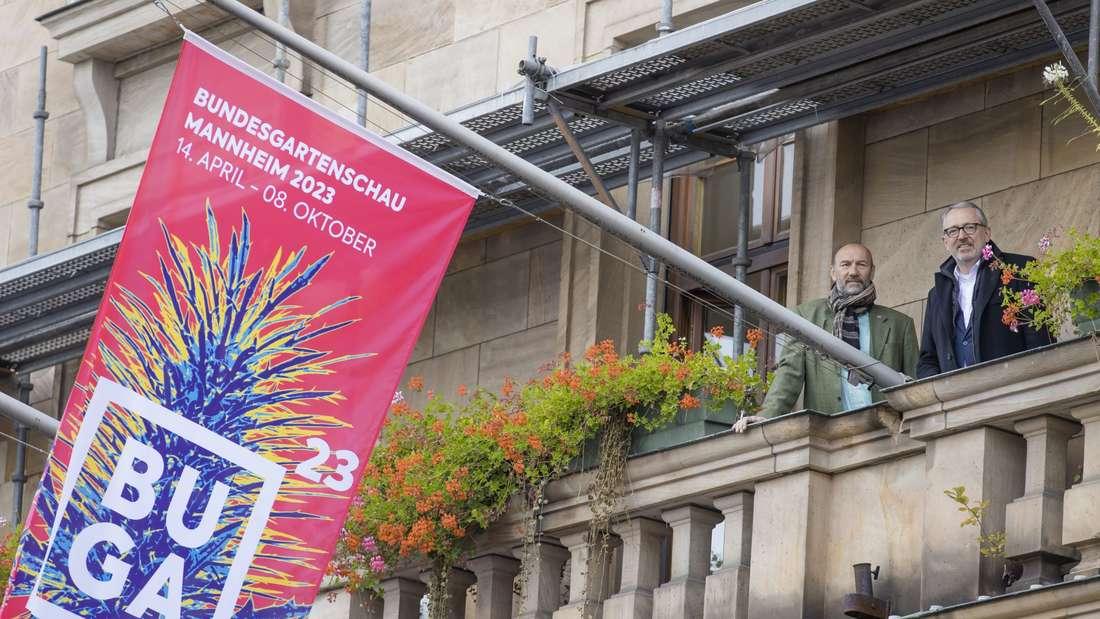 Wir sind BUGA: Michael Schnellbach und Oberbürgermeister Dr. Peter Kurz auf dem Balkon des Mannheimer Rathauses.