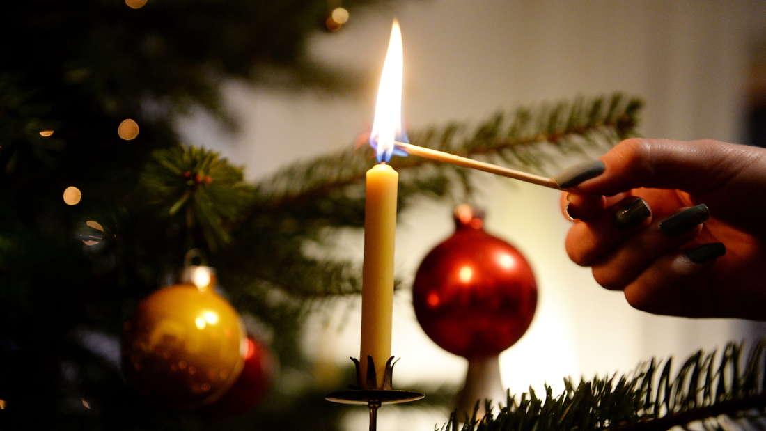 Die Wachskerzen auf einem Weihnachtsbaum.